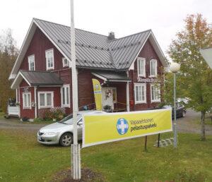 Kuva Mäenpään kylätalosta Kauhavalta, edustalla Vapepan lippu