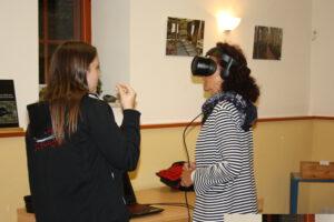Näyttelyn vierailija kokeillee VR-laseja.